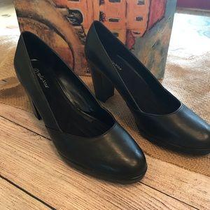 NWT Bella Vita Black Leather Zari Pumps